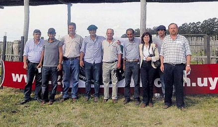 Carlos Sackmann y Ana Braceras juntoa la familia Fillat y staff de Llanoverde.